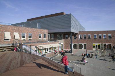 een ontwerp gemaakt voor deze brede school met 20 groepen, een peuterspeelzaal/buitenschoolse opvang en een sporthal in combinatie met woningen en appartementen in Waterrijk Woerden.
